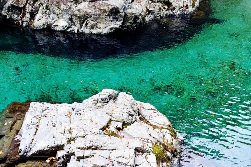 [ 狸が淵のエメラルドグリーン ]  白い岩と水のコントラストが綺麗