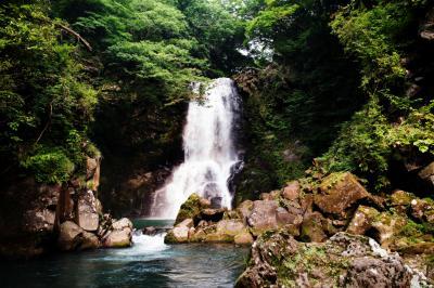 緑に囲まれた奈曽の白滝  高さは26mあります