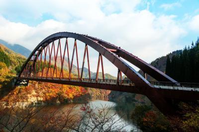 紅葉のアーチ橋| ダムを渡るアーチ型の橋が特徴的です