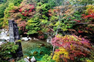 柿其渓谷の紅葉  ブルーの水と紅葉が美しい