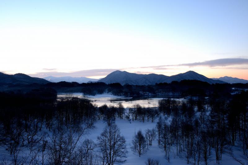 [ お立ち台からの小野川湖全景 ]  朝焼けに光る湖面が美しい