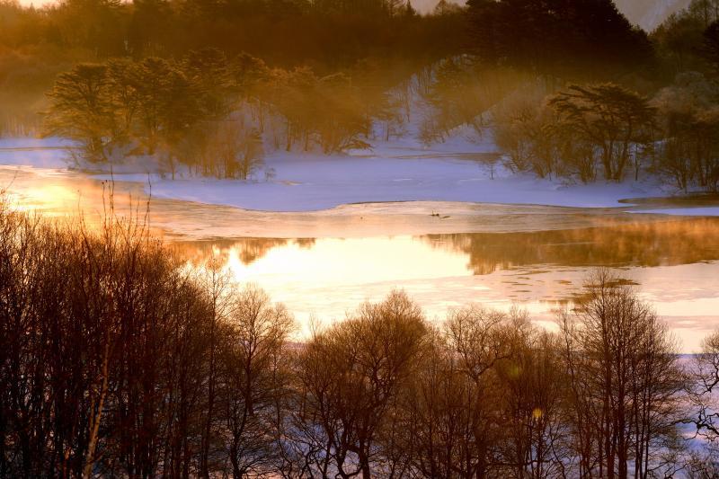 燃える湖面 オレンジの水面から湯気が上がります。