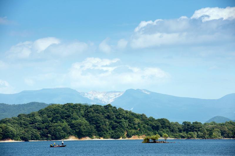 [ 桧原湖と沼ノ平 ]  安達太良山の沼ノ平が見えます。