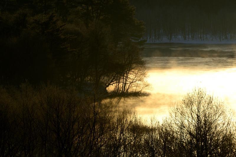 [ 燃える湖面 ]  光の中から湯気が上がります。