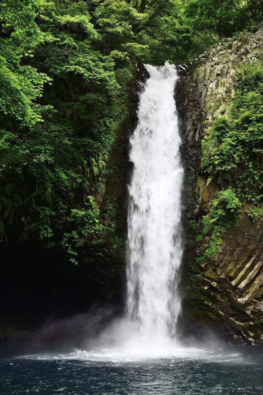 [ 水煙を上げる浄蓮の滝 ]  水量豊富な滝です。