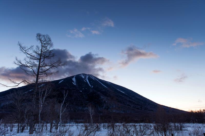 [ 戦場ヶ原の夜明け ]  男体山がどっしりと姿を現します。