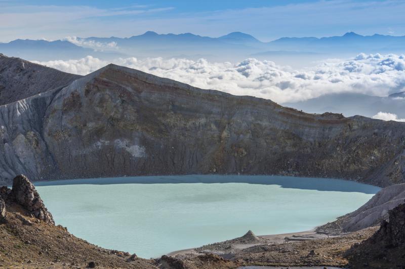 湯釜と雲海 草津白根の絶景