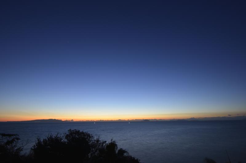 [ 尾ヶ崎ウイングからの夜明け ]  海の向こうがオレンジに染まってきました。
