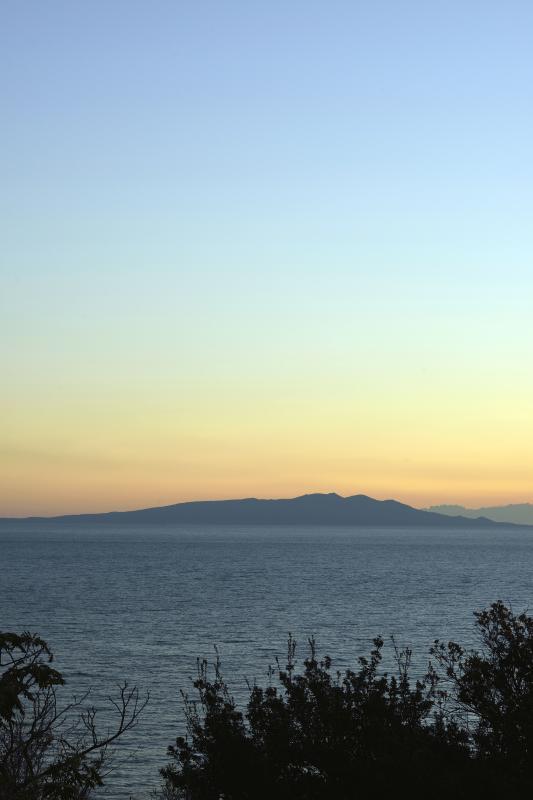 [ 尾ヶ崎ウイングからの大島 ]  伊豆大島が正面に見えます。