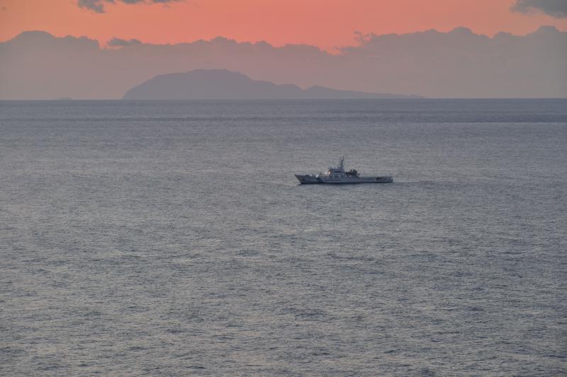 [ 朝焼けと船 ]  朝焼けの中を航行中です。