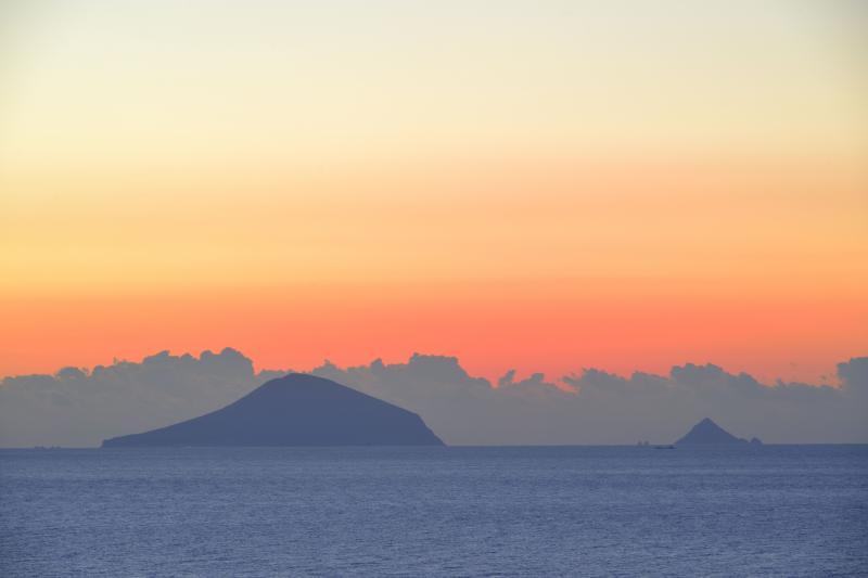 朝焼けに浮かぶ伊豆七島| 利島と鵜渡根が見えます。