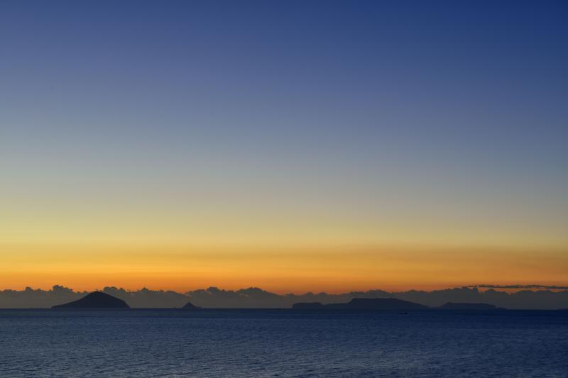 [ 尾ヶ崎ウイングからの伊豆七島 ]  何個もの島が見えます。