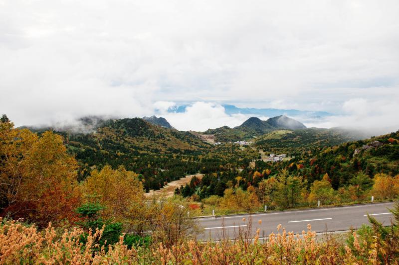 [ 紅葉の志賀高原 ]  紅葉の時期のドライブは絶景を楽しむことができます。