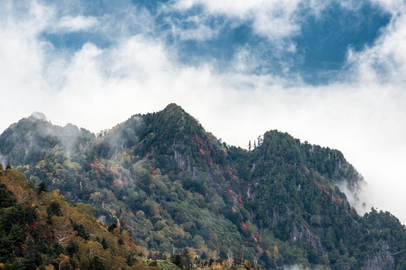 [ 青空を埋め行く雲 ]  山の後ろから雲が登ってきて、水墨画の世界みたいになってきました。