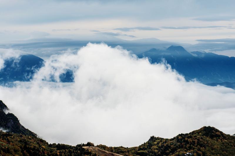 [ 暴れる雲 ]  雲海から大きな雲の塊が飛び出してきます。