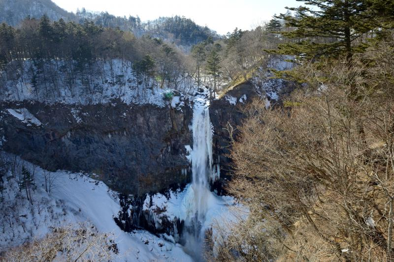 [ 真冬の華厳の滝 ]  滝の周辺は凍っています