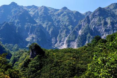 幽ノ沢からの谷川岳眺望| 開放的でワイドに谷川岳を望むことができる場所です。