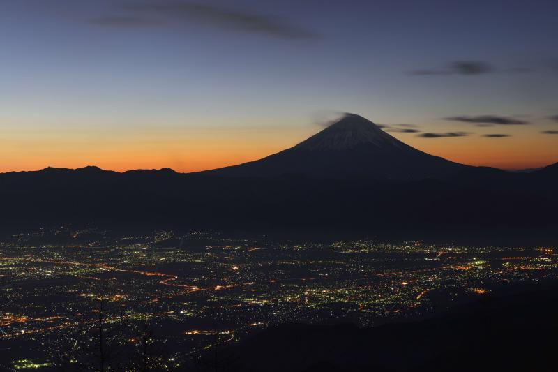 [ 甲府盆地の夜景と富士のシルエット ]  焼けた空と迫力の富士山