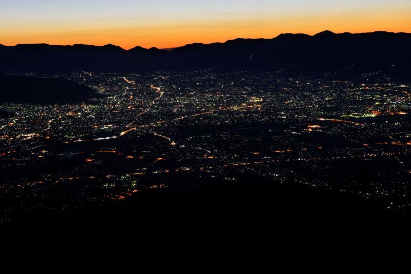 [ 圧倒的な夜景 ]  甲府盆地全体を見下ろすことができます。