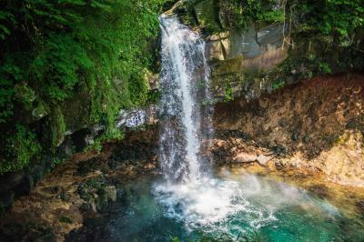 エメラルドグリーン| 水がとても美しい滝。