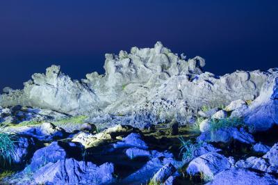 十六羅漢岩のライトアップ  夜の闇に羅漢が浮かび上がります。