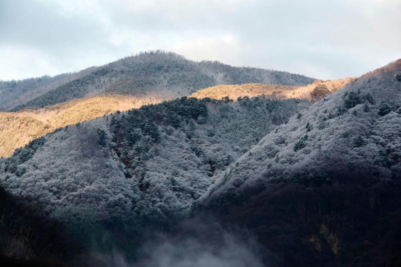 [ 雪景色の山とモルゲンロート ]  夜中に雪が積もっていました。