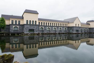 諸橋現代美術館| 池に映る姿が美しい