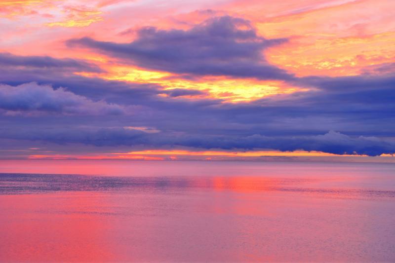 [ 島牧江の島海岸 ]  美しい玉砂利の海岸が薄茜色に染まっていました。