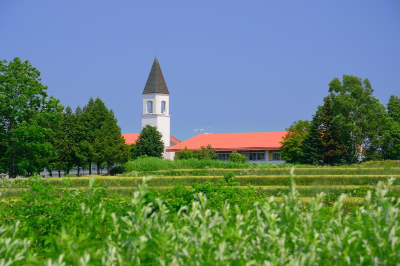 [ 美馬牛小学校 ]  教会風の建築様式が美しい学校です。