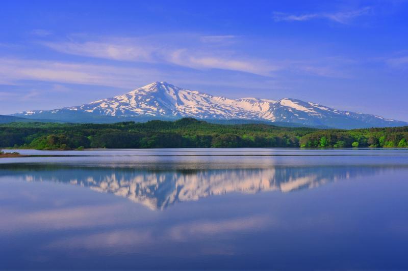 [ 大谷地溜池 ]  湖面に映る残雪の鳥海山が印象的でした。