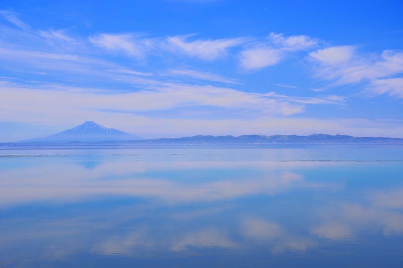 [ 宗谷湾水鏡 ]  凪となった宗谷湾の向こうには利尻富士と稚内丘陵が望めました。