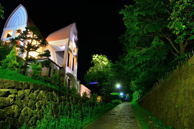 [ チャチャ登り夜景 ]  ライトアップされた聖ヨハネ教会と石畳の坂が印象的。