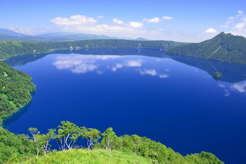 [ 摩周ブルー ]  第三展望台から見た摩周湖。摩周ブルーに彩られた湖面が神秘的でした。