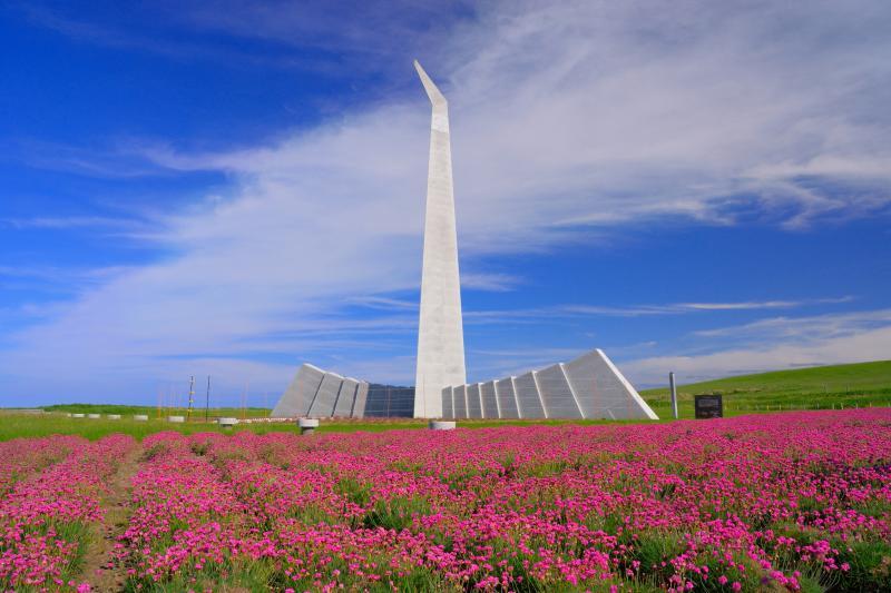 [ 祈りの塔 ]  白亜の両翼がアルメリアの花を包み込んでいるように見えました。