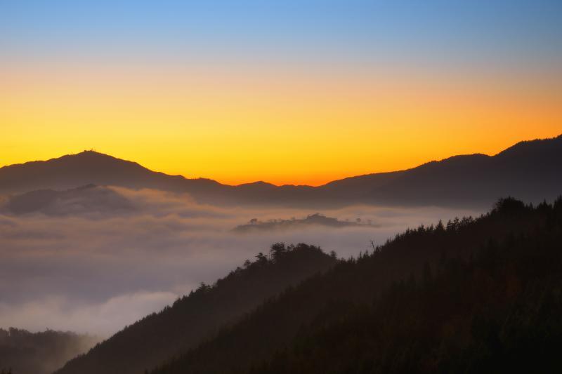 [ 藤和峠の夜明け ]  雲海に浮かぶ竹田城と夜明け空が幻想的でした。