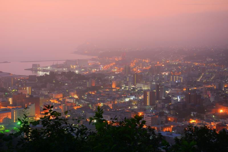 [ 旭展望台 ]  展望台からは小樽のビル夜景を間近に見る事が出来ます