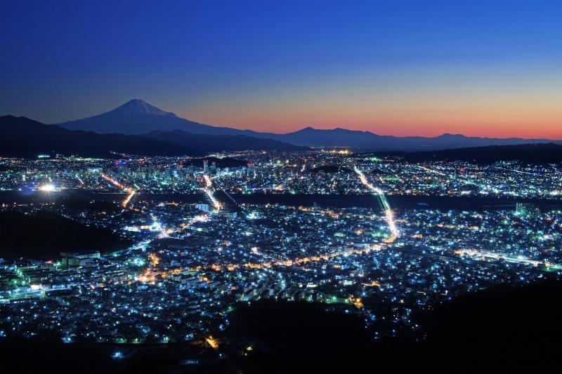 静岡の夜景と富士山 夜明け前、空が色を取り戻す頃に冠雪した富士山が見えてきました。