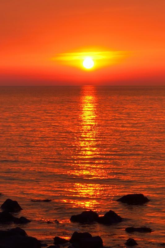 [ 象潟海岸 ]  波間に揺らぐ夕日の反射が綺麗でした。