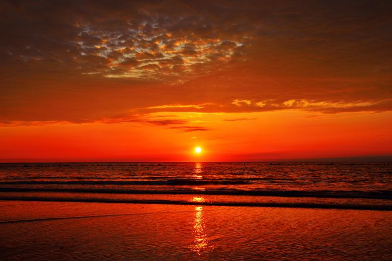[ 象潟海岸夕景 ]  波間に反射する夕日の光が印象的でした。
