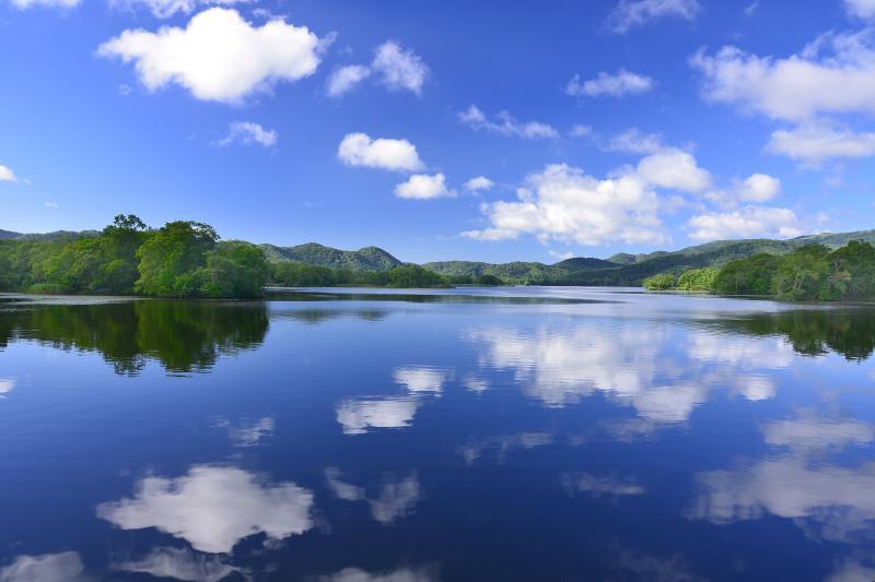 [ 小沼 ]  セバットからの小沼の景観。夏の低い積雲が穏やかな湖面を流れていました。