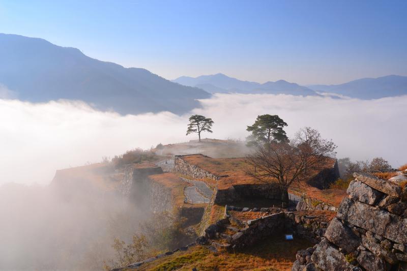 [ 雲海に浮かぶ山城 ]  天守閣跡から眼下に見る雲海は迫力があります。