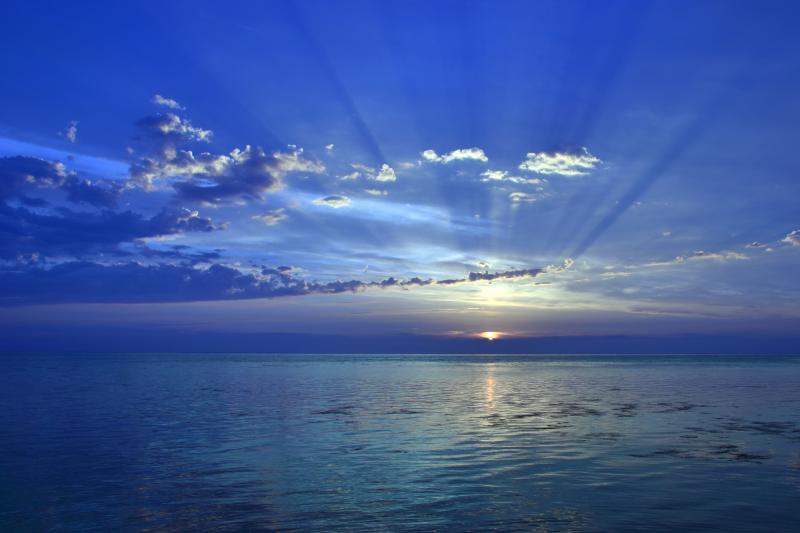 [ 夕刻のノシャップ岬 ]  日没直前のノシャップ岬。雲の隙間から天に伸びる光芒が印象的でした。