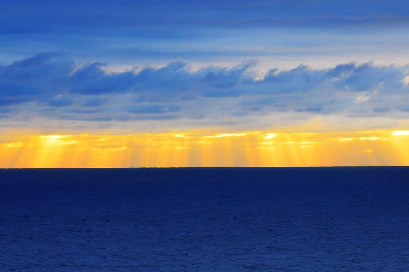 [ 弁慶岬夕景 ]  水平線上に降り注ぐ光はまるで光のカーテンのようでした。