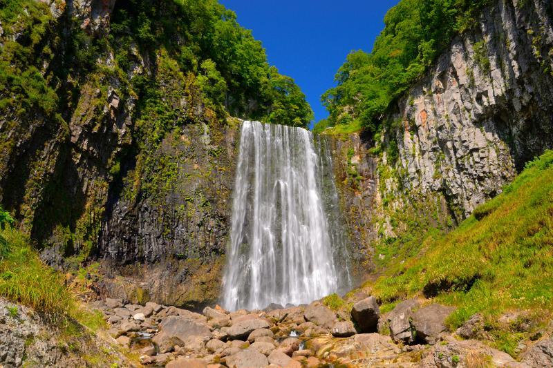 [ 賀老の滝 ]  周囲が開けた明るい滝で柱状節理が綺麗です。