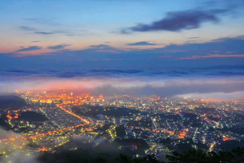 [ 天狗山夜景 ]  海霧の合間から見える小樽の夜景は幻想的でした。