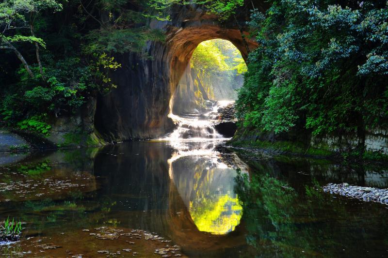 [ 濃溝の滝 ]  洞窟の向こうに小さな滝があります。