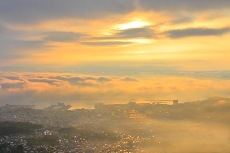 [ 天狗山の朝 ]  雲の合間から差し込む光が小樽の街を輝かせていました。