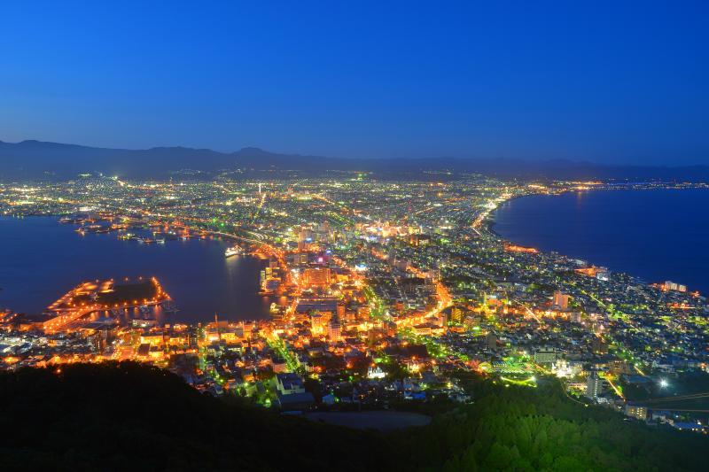[ 函館山の夜景 ]  頂上展望台からは扇状に広がる函館の雄大な夜景が望めます。