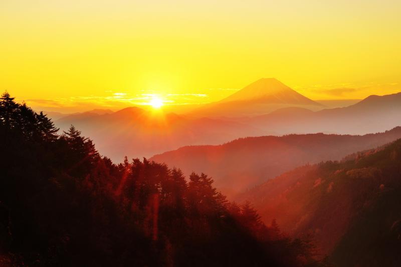 平林見晴台からの富士 | 夜明けの斜光に輝く富士山が綺麗でした。