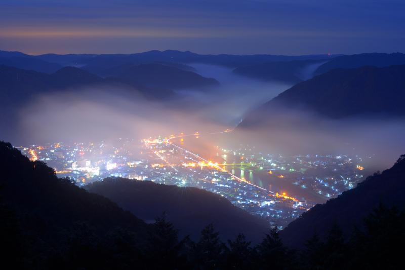 高梁市の夜霧 夜霧に覆われ始めた高梁市の夜景が幻想的でした。